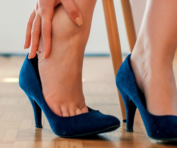 Kako si pomagati pri oteklih in težkih nogah?