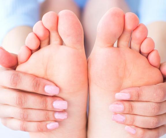 Trda koža na stopalih in razpoke na peti